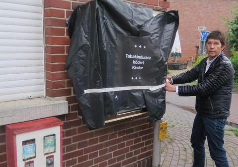 Arzt in Emsdetten verhüllt Zigarettenautomaten
