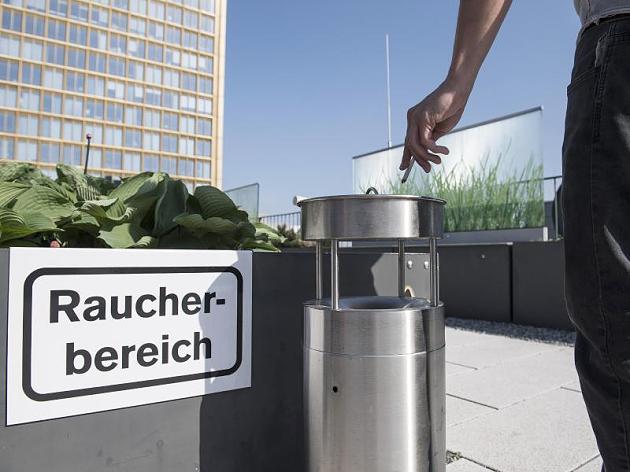 Um Nichtraucher zu schützen, ist das Rauchen in vielen Betrieben nur in bestimmten Bereichen erlaubt. dpa/Robert Günther