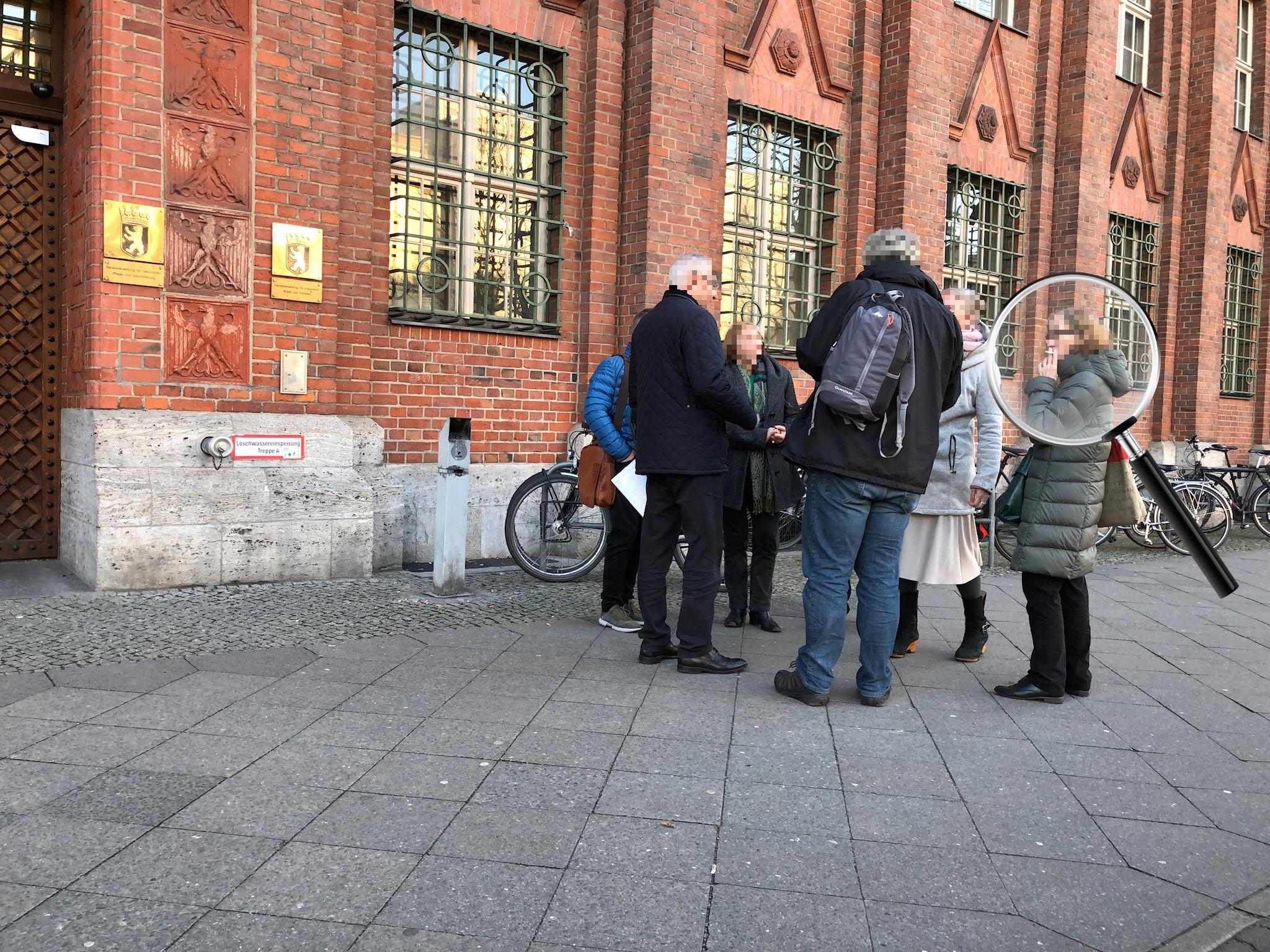 Berliner Zeitung von heute: Rauchen vor Gebäuden gehört verboten!